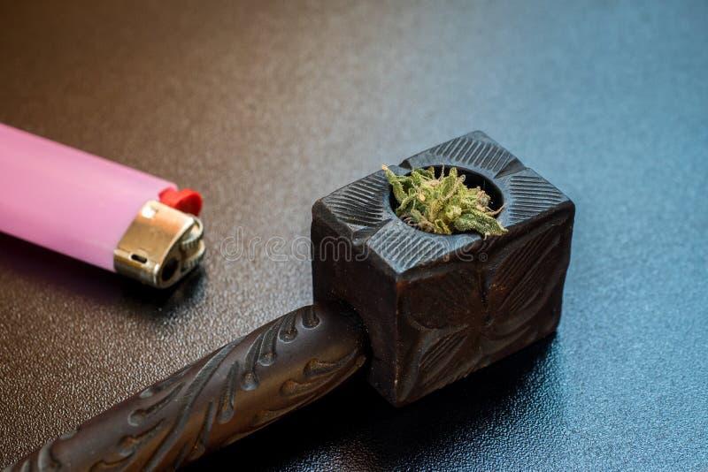 Tubo di tabacco e accendino di legno, canapa per fumare smo fotografia stock libera da diritti