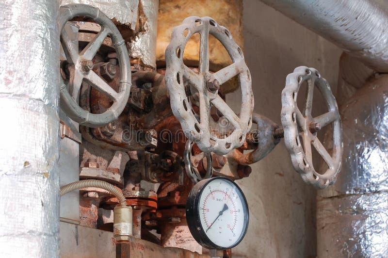 Tubo di vapore con una valvola e un manometro immagini stock