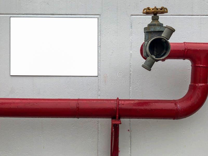 Tubo flessibile dell'acqua rossa con l'erogatore dell'acqua fotografie stock libere da diritti