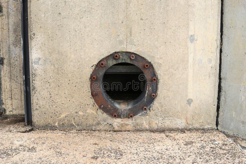 Tubo oxidado del mercado del agua en un depósito imagen de archivo libre de regalías