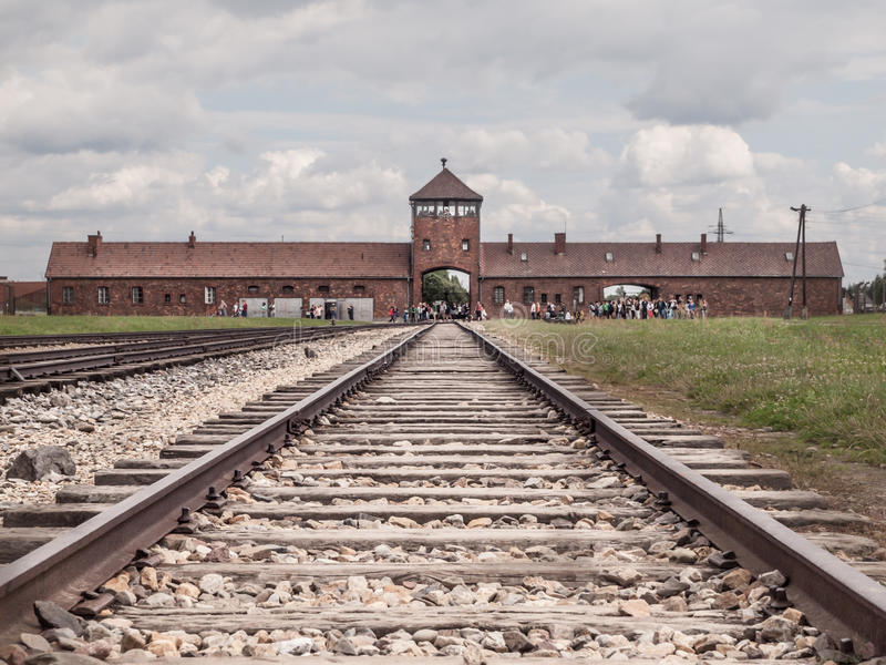 Tubo principal al campo de concentración en Oswiecim-Brzezinka imagen de archivo libre de regalías