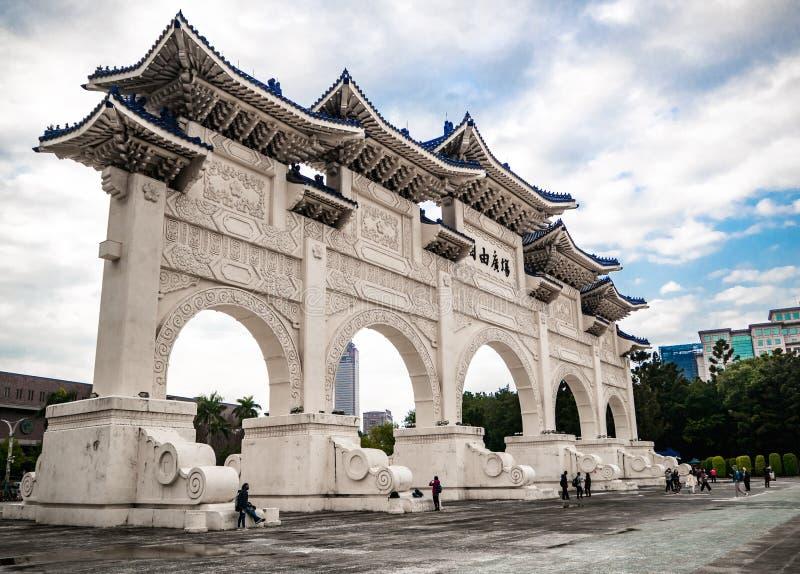 Tubo principal de Liberty Square cerca de Chiang Kai-shek nacional Memorial Hall con las nubes y el cielo fotografía de archivo