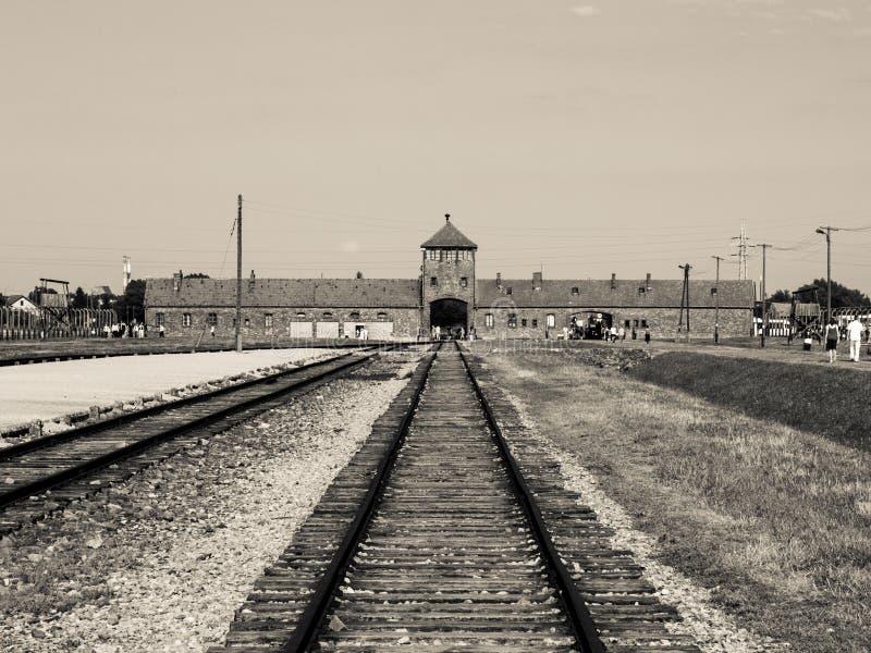 Tubo principale e ferrovia nel campo di sterminio di Brzezinka fotografie stock libere da diritti