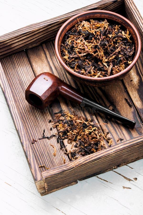 Tubo que fuma y tabaco imagen de archivo