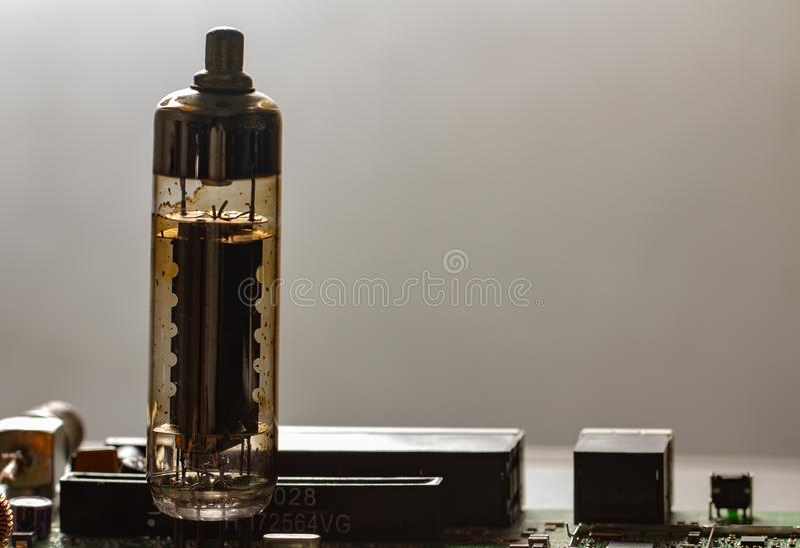 Tubo radiofonico elettronico di vecchio vuoto su un fondo bianco immagine stock libera da diritti
