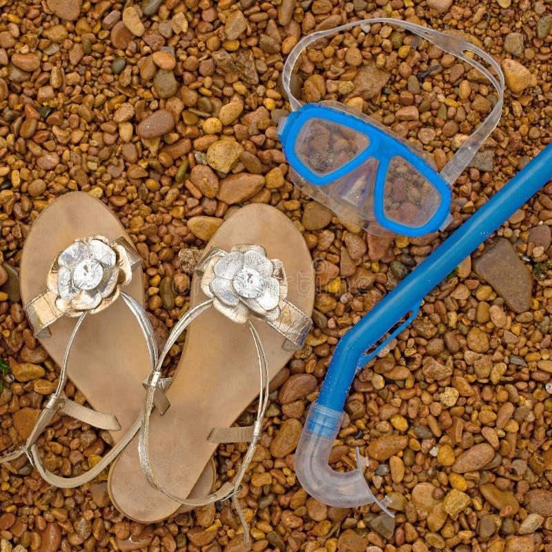 Tubo respirador subacuático de la máscara del bebé de las sandalias inflables del círculo, mentira en la playa imágenes de archivo libres de regalías