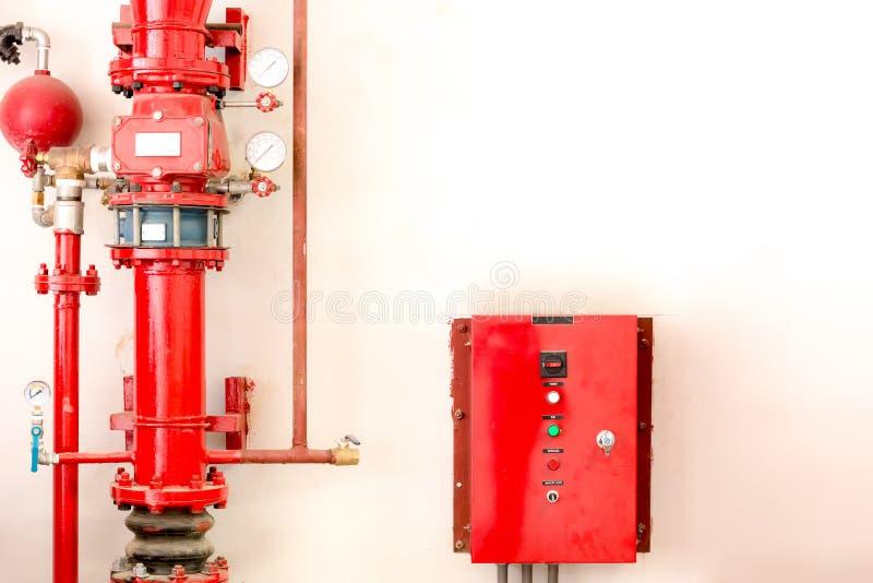Tubo rojo del regulador y de fuego imagen de archivo