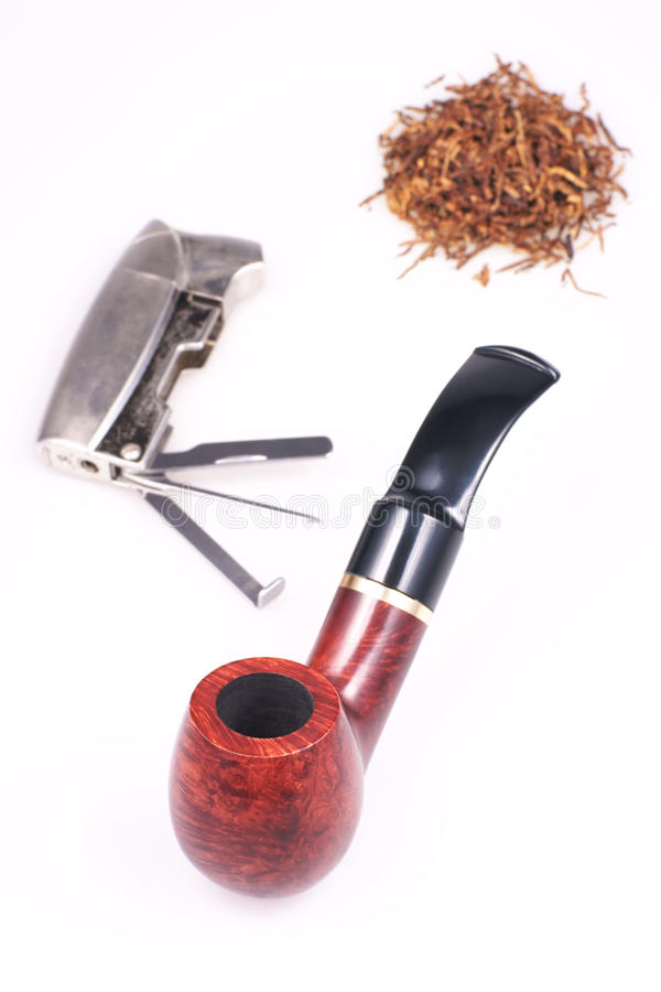 Tubo, tabacco, accendino su un fondo bianco fotografia stock libera da diritti
