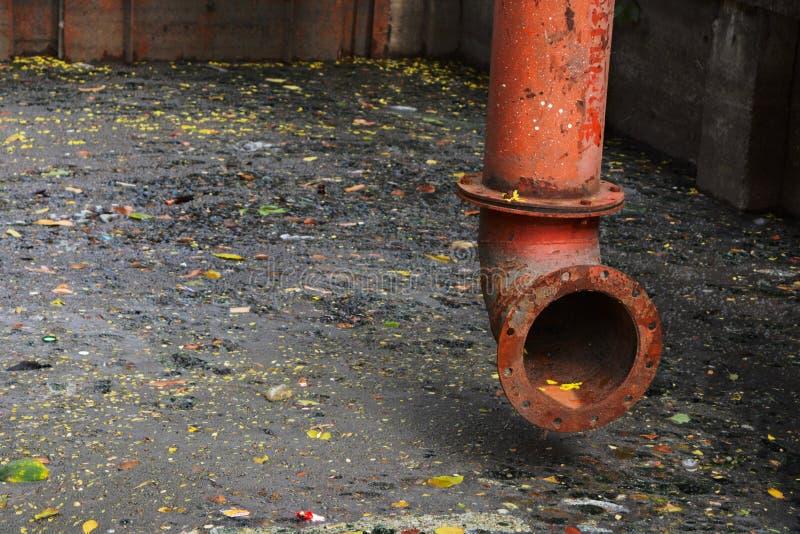 Tubo variopinto su acque luride scure immagine stock libera da diritti