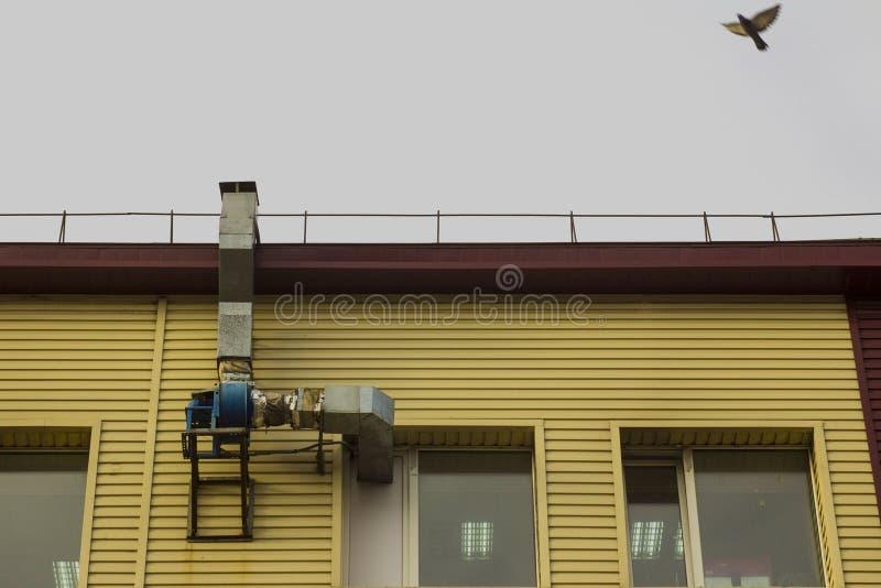Tubo y motor de aire en la pared del edificio foto de archivo