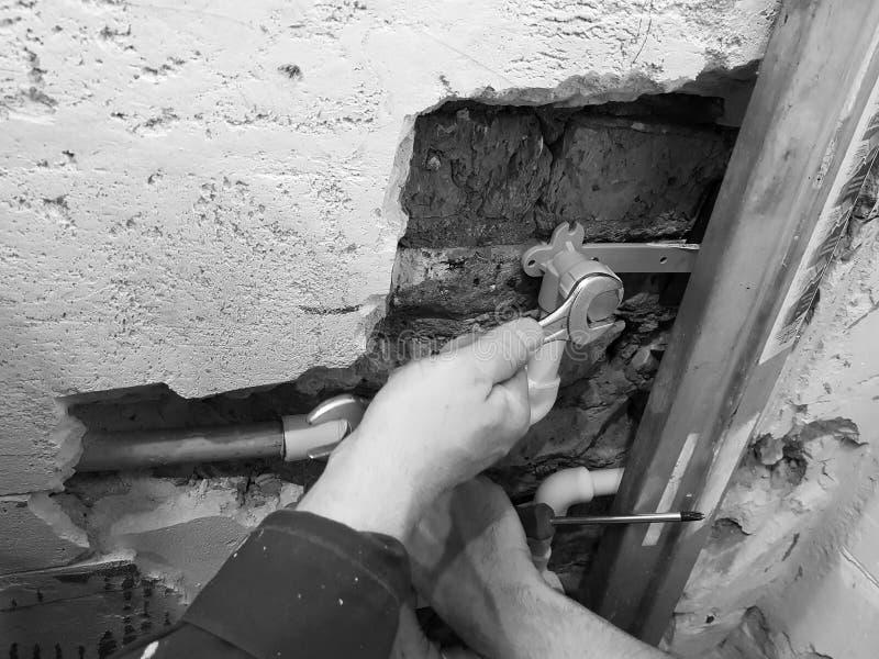 Tubo y puertas del propileno en una pared de ladrillo - soldadura del propileno fotografía de archivo