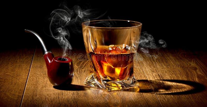 Tubo y whisky imagen de archivo libre de regalías