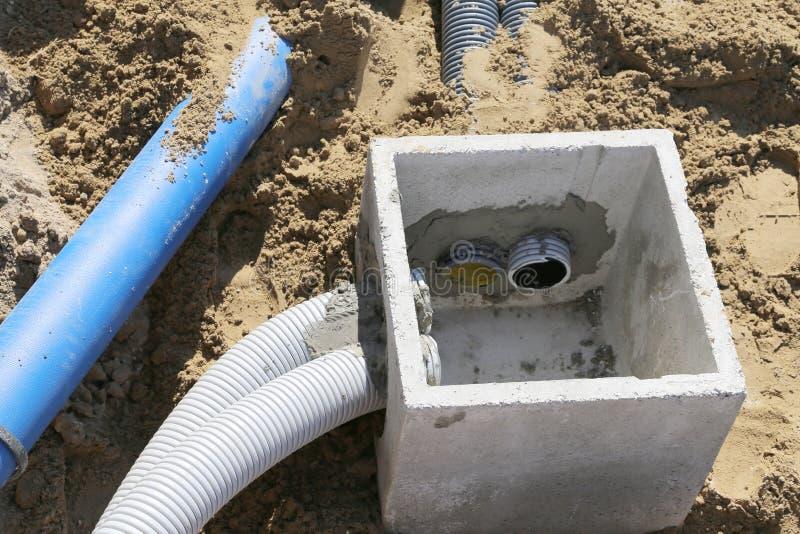 Tubos acanalados para los cables eléctricos y una carlinga en hormigón fotografía de archivo