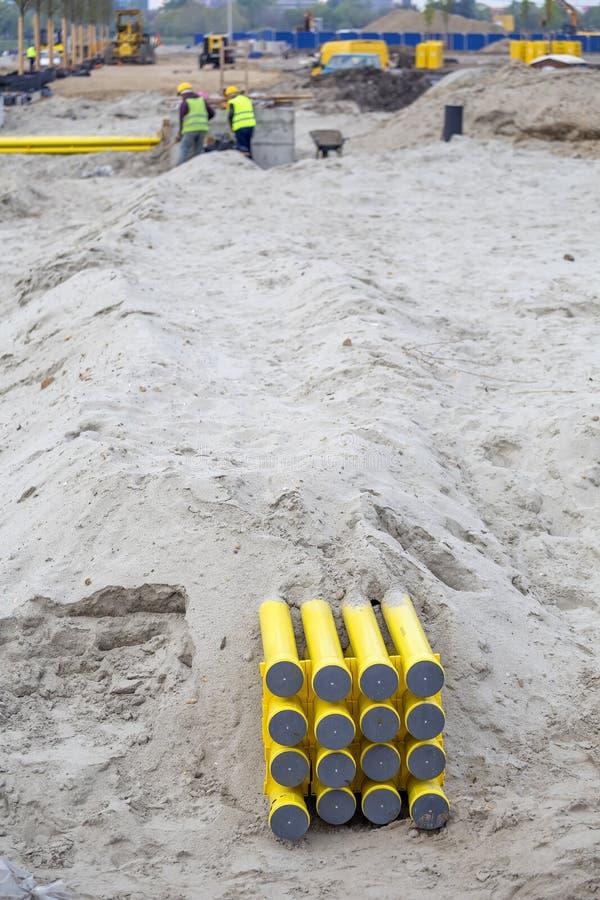 Tubos amarillos del PVC para los sistemas de cable enterrados en la arena 2 foto de archivo libre de regalías