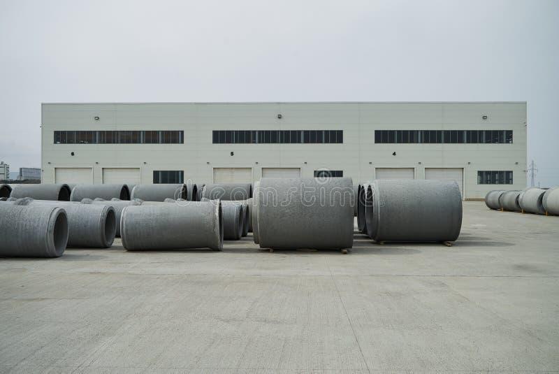 Tubos apilados del cemento en la fábrica concreta imágenes de archivo libres de regalías