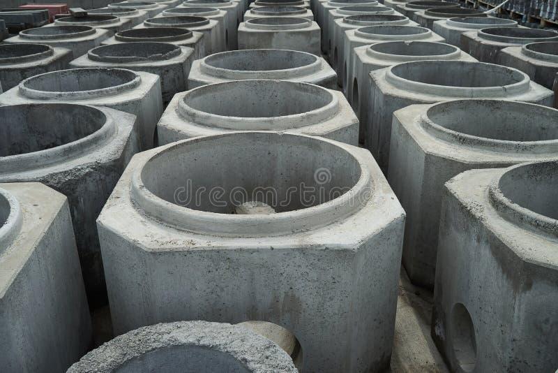 Tubos apilados del cemento en la fábrica concreta fotos de archivo