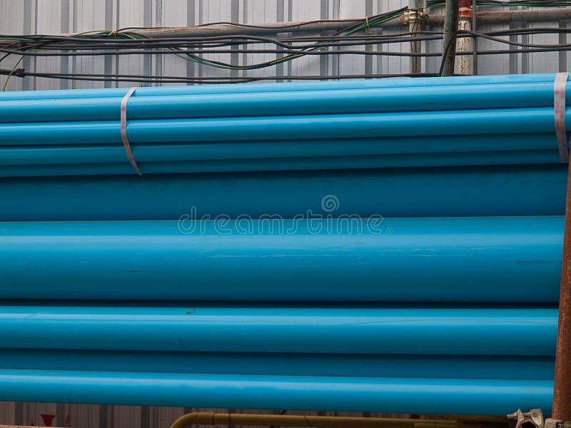 Tubos azules en almacenamiento, tubos plásticos del PVC fotografía de archivo