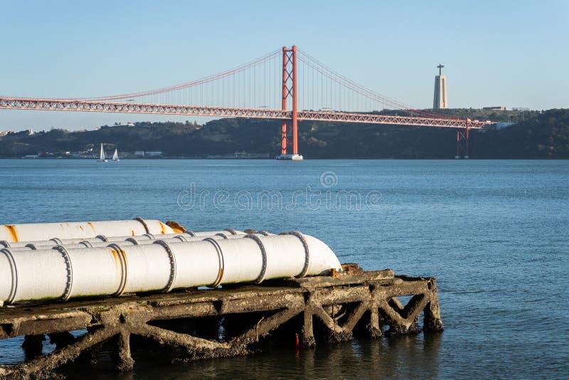 Tubos blancos industriales que alimentan en el río Tagus, Lisboa, Portugal imagenes de archivo