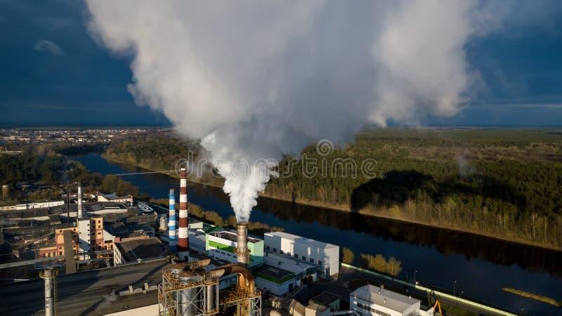 Tubos con humo en un edificio de la f?brica Concepto de contaminaci?n ambiental foto de archivo libre de regalías