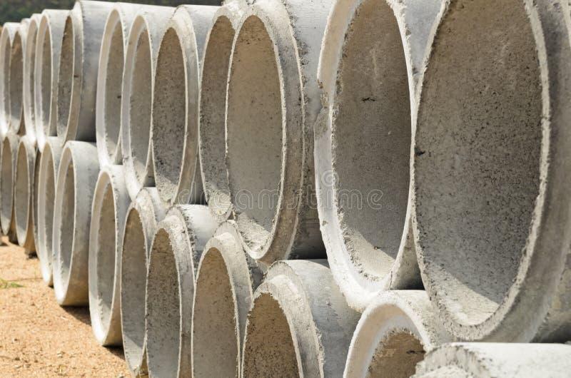 Tubos concretos del drenaje empilados fotografía de archivo libre de regalías