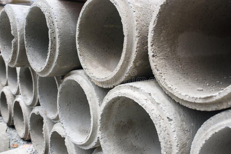 Tubos concretos del drenaje empilados imagenes de archivo