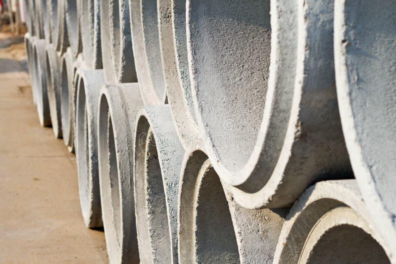 Tubos concretos del drenaje para la construcción de edificios industriales Co imagenes de archivo