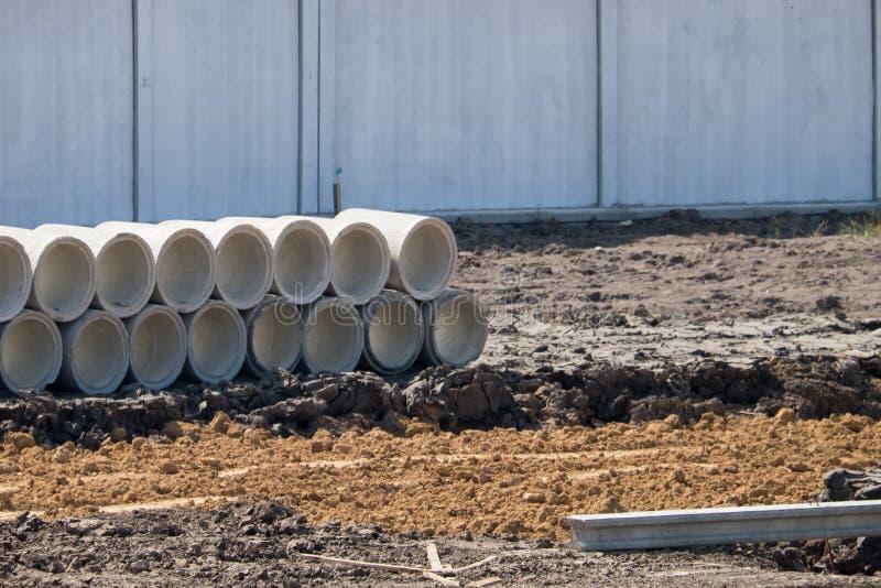 Tubos concretos del drenaje para la construcción de edificios de la urbanización, tubo apilado fotografía de archivo libre de regalías