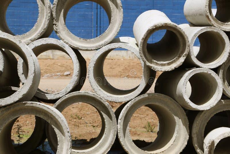 Tubos concretos más pequeños y más grandes del agua imagen de archivo