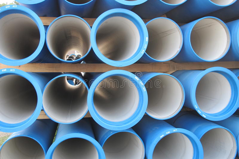 Tubos concretos para transportar el agua y el alcantarillado fotografía de archivo