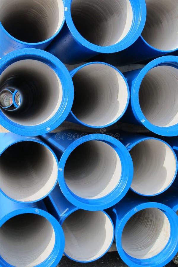 Tubos concretos para transportar el agua y el alcantarillado imagenes de archivo