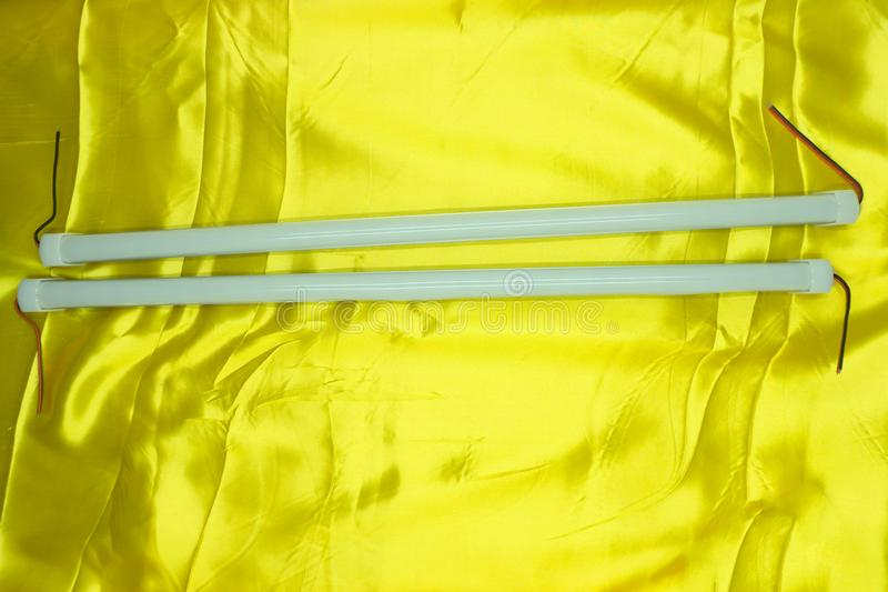 Tubos da luz fluorescente do diodo emissor de luz no fundo preto Equipamento de iluminação profissional para a produção da foto o fotografia de stock