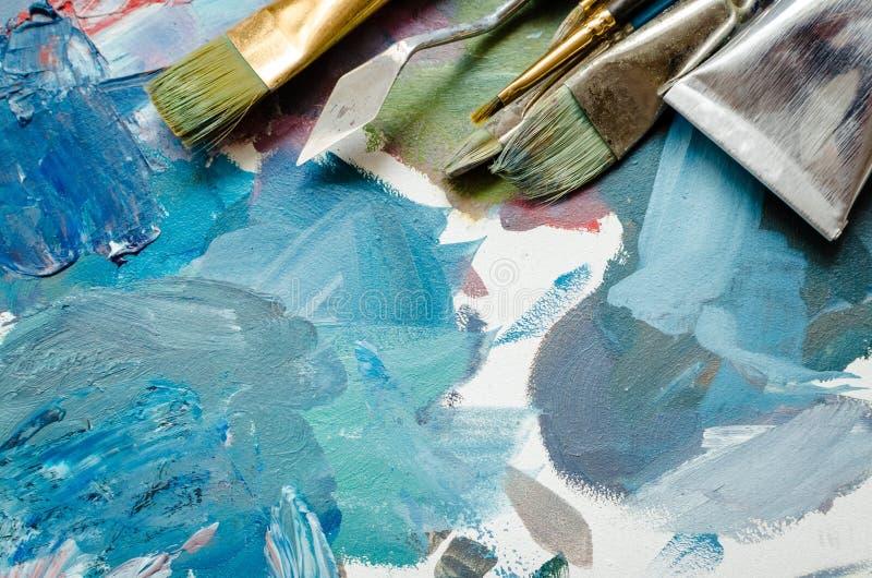 Tubos das escovas de pintura do artista e da pintura de óleo foto de stock
