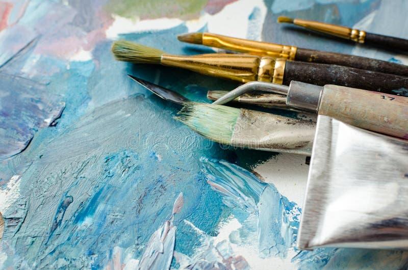Tubos das escovas de pintura do artista e da pintura de ?leo imagens de stock
