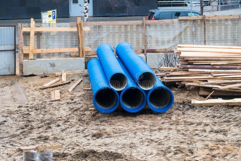 Tubos de agua azul grandes en el emplazamiento de la obra Reparación de las redes del abastecimiento de agua imagen de archivo libre de regalías