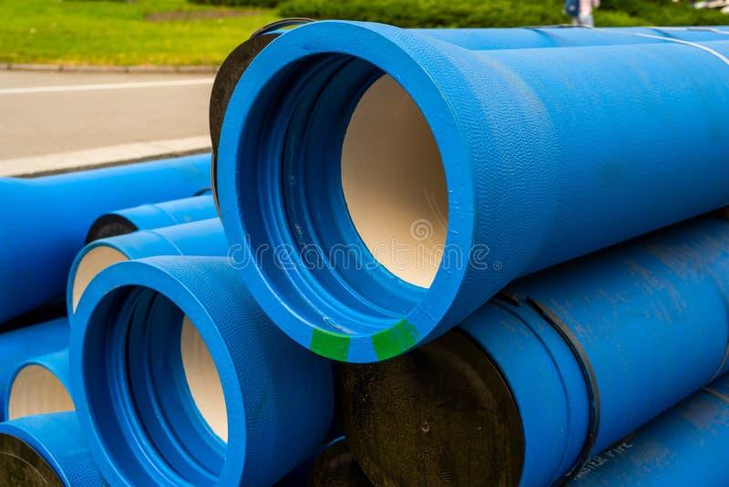 Tubos de agua azul grandes para el agua foto de archivo