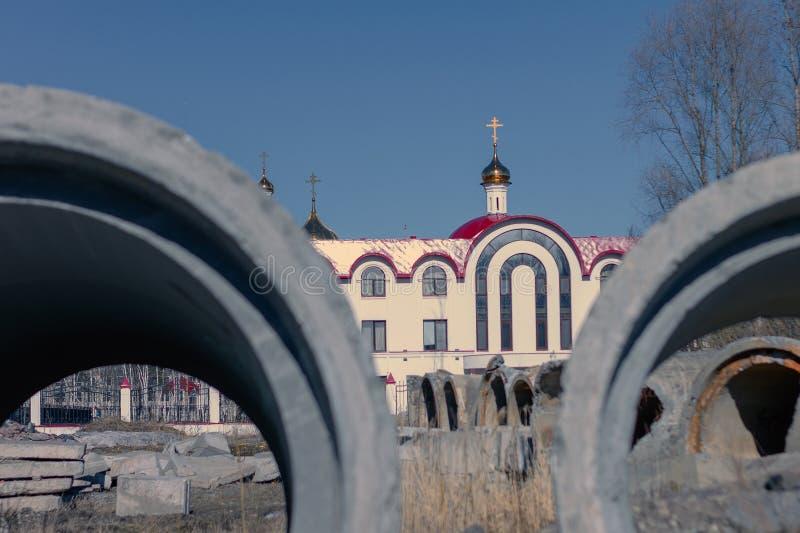 Tubos de alcantarilla concretos en el fondo de la escuela parroquial de la iglesia fotos de archivo libres de regalías