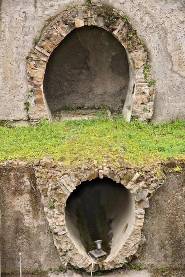 Tubos de alcantarilla romanos Excavaciones arqueol?gicas fotografía de archivo