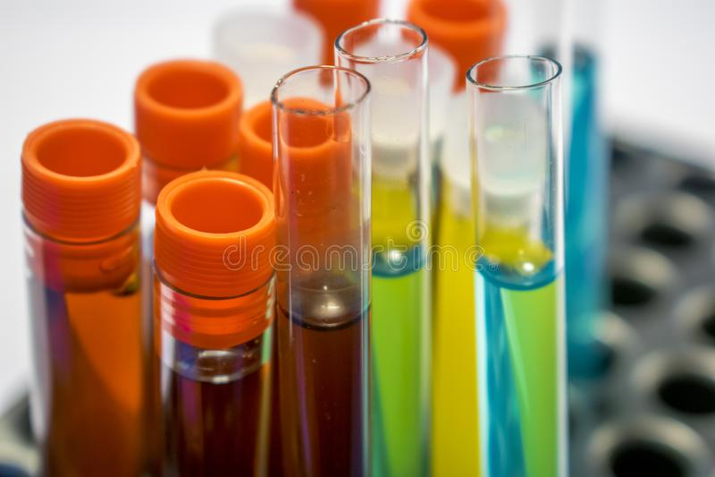 Tubos de análise laboratorial coloridos, análises de sangue da bioquímica, análise à urina, tubo de testes, análise médica, conce imagem de stock