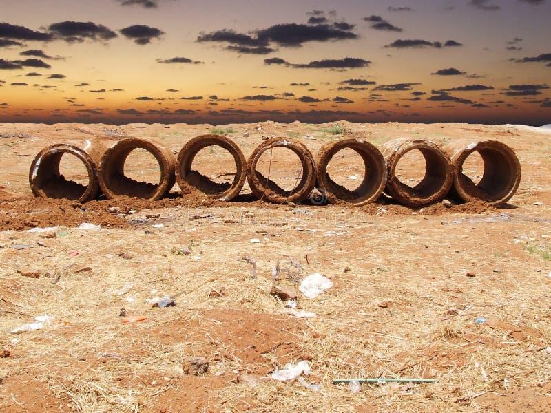 Tubos de Beton delante del mar fotografía de archivo