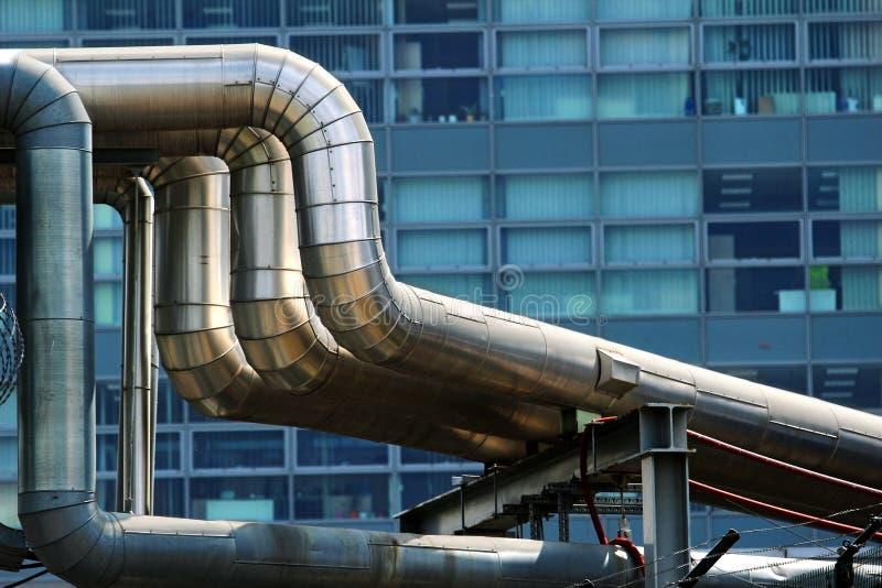 Tubos de calor de acero en la ciudad imagenes de archivo