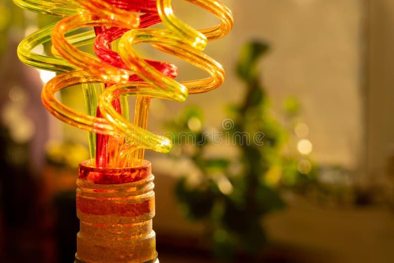 Tubos de color para los jugos de consumición El fondo brillante borroso transmite la atmósfera festiva imagen de archivo libre de regalías