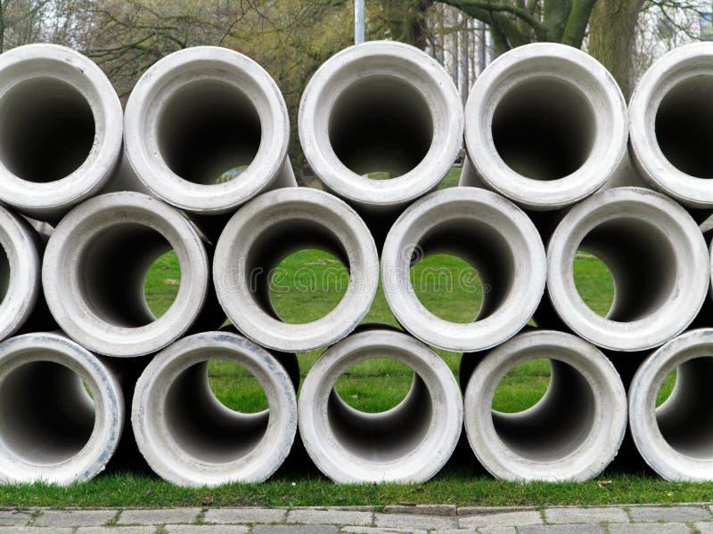 Tubos de desagüe sucios del agua fotografía de archivo