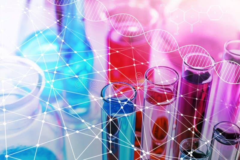 Tubos de ensaio com as amostras coloridas no laboratório, close up foto de stock royalty free