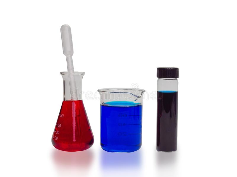 Tubos de ensaio com líquidos coloridos, no fundo branco fotografia de stock