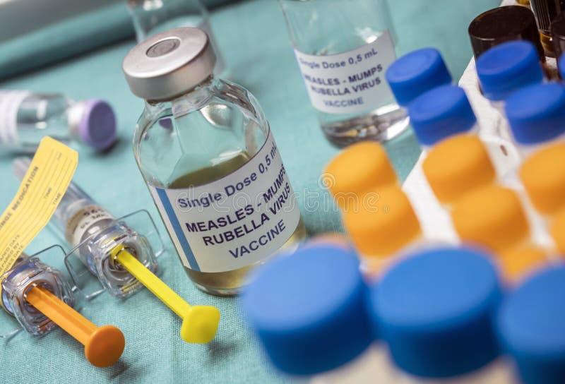Tubos de ensaio diferentes da vacina viral tripla do sarampo, da rubéola e da papeira, conhecidos como o MMR imagem de stock royalty free