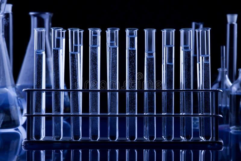Tubos de ensaio escuros de Labolatory imagens de stock