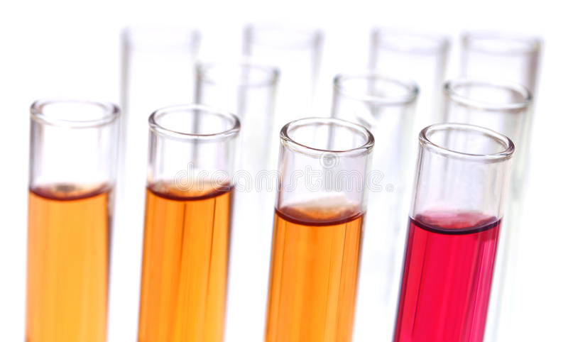 Tubos de ensayo con las sustancias químicas fotos de archivo