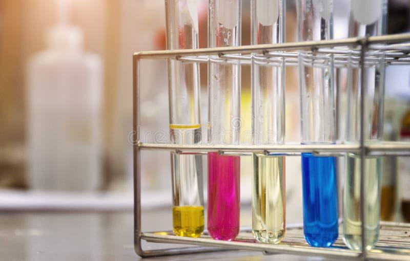 Tubos de ensayo con los reactivo químicos en laboratorio químico scient fotografía de archivo libre de regalías