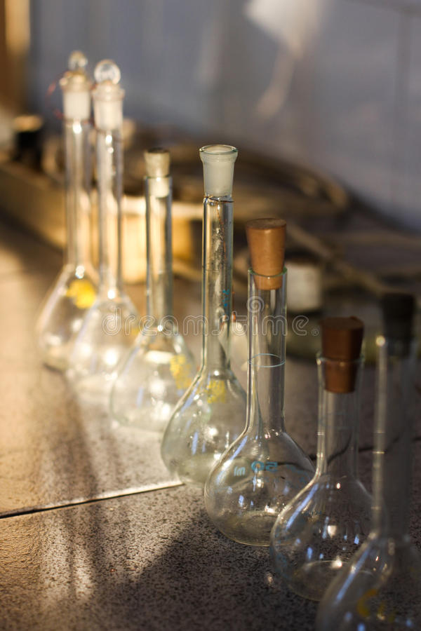 Tubos de ensayo de los envases de cristal del laboratorio de química imágenes de archivo libres de regalías