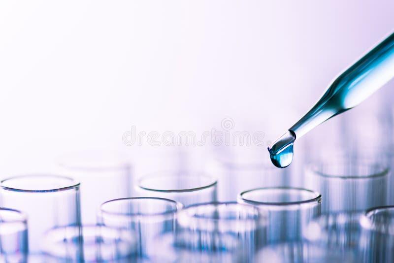 Tubos de ensayo del laboratorio de ciencia, equipo de laboratorio para la investigación nuevo m fotografía de archivo